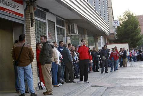 horario oficina del inem desempleados esperando turno ante una oficina del inem en