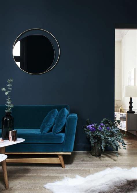 Charmant Creer Une Chambre Dans Un Salon #3: 0-couleur-de-peinture-bleu-fonc%C3%A9-fauteuil-bleu-sol-en-parquet-quel-mur-peindre-en-couleur.jpg
