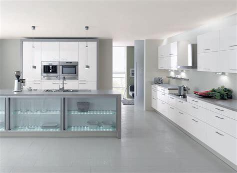 cuisine grise et blanche cuisine laqu 233 e blanche lignes 233 pur 233 es et plan de travail