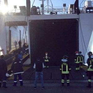 capitaneria di porto di piombino incendio a bordo cargo moby partito da piombino indaga la