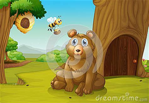 ujebała misia pszczoła niedźwiedź i pszczoła blisko domek na drzewie zdjęcia