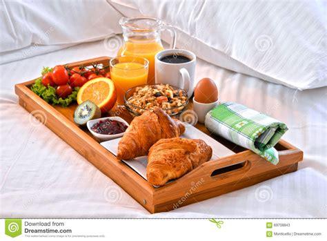 plateau petit dejeuner lit plateau de petit d 233 jeuner dans le lit dans la chambre d