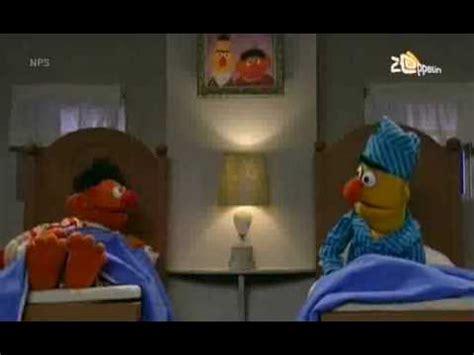 bert and ernie in bed bert ernie ernie zingt over zijn tenen youtube