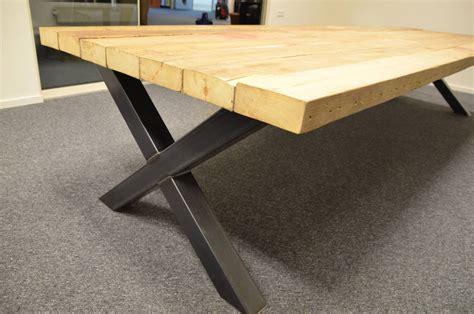 tafel van balken tafel lang met balken blad en stalen kruis onderstel