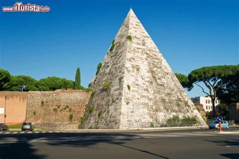 ugc porta di roma un tratto delle mura aureliane e la piramide foto
