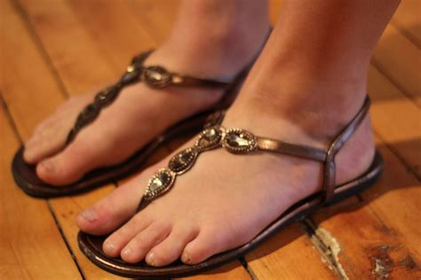 Flat Shoes Cynthia Bernice 595 203 steps and flip flops shedding light on bunion