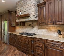 travertine tile kitchen backsplash best 25 travertine backsplash ideas on beige