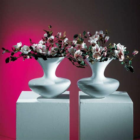 vasi con fiori artificiali le 25 migliori idee su vasi bianchi su