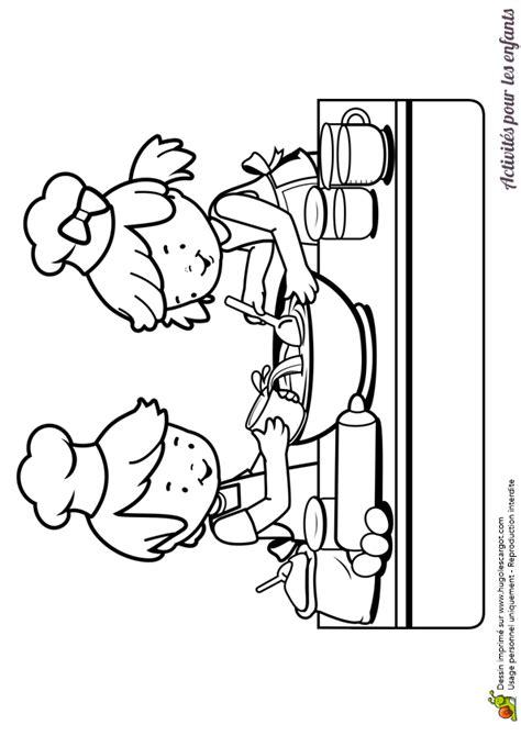 enfant qui cuisine dessin 224 colorier d enfants dans une cuisine