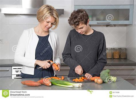 mama e hija cocinando madre e hijo en la cocina foto de archivo imagen 65173268