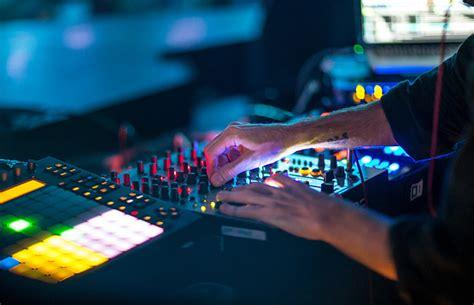 best dj mixes how to pick the best music for dj mixes splackbeat