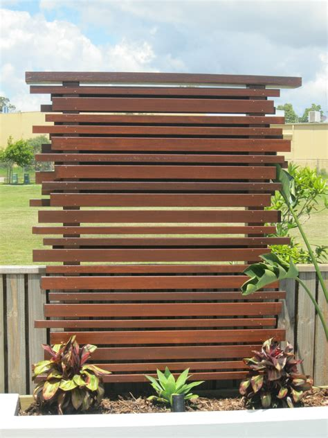 hardwood privacy screen trellis slatted batten fence with artificial grass in modern low