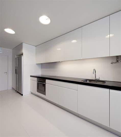 muebles laqueado blanco  mesada negra cocina comedor