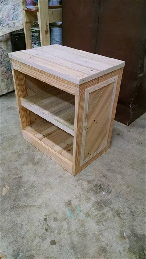 Make Your Own Bedside L by Diy Pallet Nightstand Or Side Table 99 Pallets