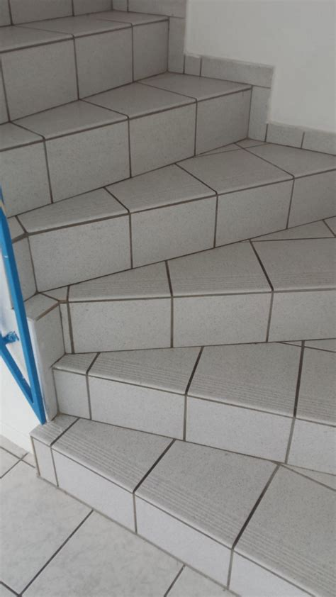 gewendelte treppe fliesen treppe verkleiden hausdesign pro
