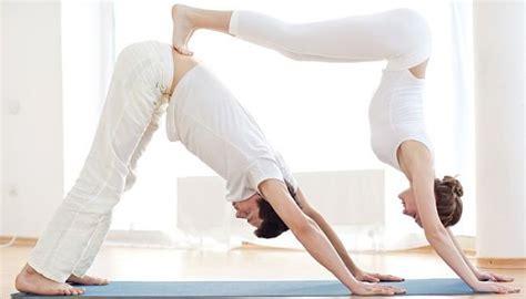 imagenes de yoga en pareja faciles 9 posturas de yoga en pareja vincular sus almas y mente