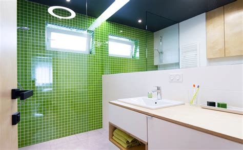 toilet met gekleurde tegel kleine badkamer inrichten slimme tips inspiratie