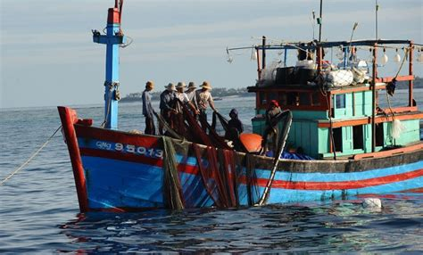 china japan fishing boat incident chinese patrol boards damages vietnamese trawlers captain