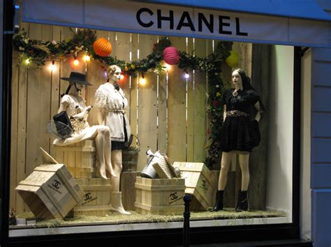 store display themes window shopping chanel news fashion news and behind