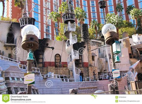 Pirate Themed Hotel Vegas | pirate ship at pond near treasure island hotel in las