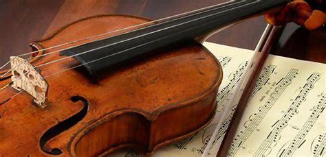 piedistallo per chitarra recuperato dopo 3 anni di indagini violino stradivari da 1