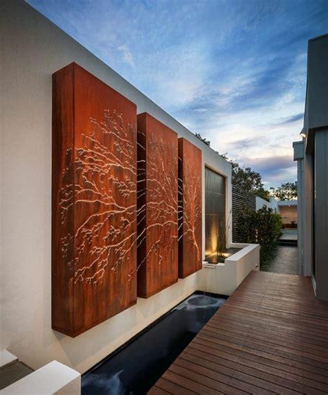 Formidable decoration murale exterieure #1: 08-am%C3%A9nagement-ext%C3%A9rieur-maison-d%C3%A9coration-murale-ext%C3%A9rieure-avec-trois-panneaux-en-bois-marron-clair-qui-forment-un-arbre-illumin%C3%A9-e1529313869777.jpg