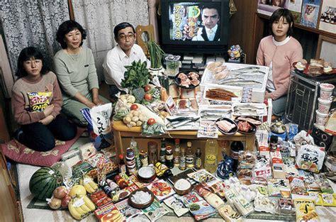 Around The World 22 Tshirtkaosraglananak Oceanseven 世界25の国や地域の1週間で食べる食料とその家族を比較した写真 dna