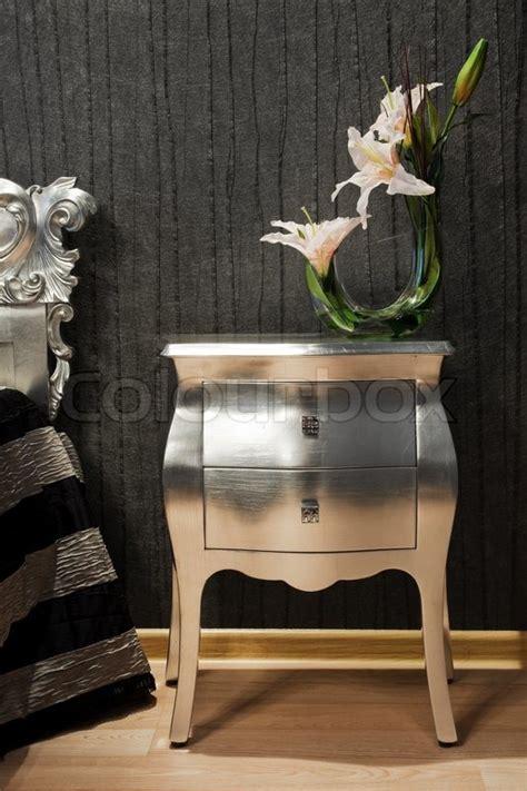 schlafzimmerdekor bilder strau 223 lilien auf dem nachttisch in ein modernes