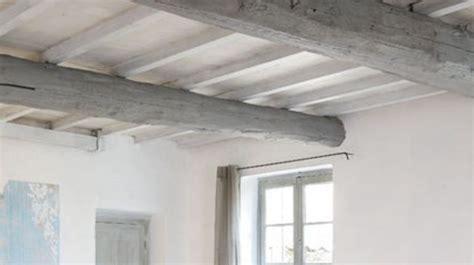 plafond poutre apparente repeindre un plafond avec poutres en bois apparentes