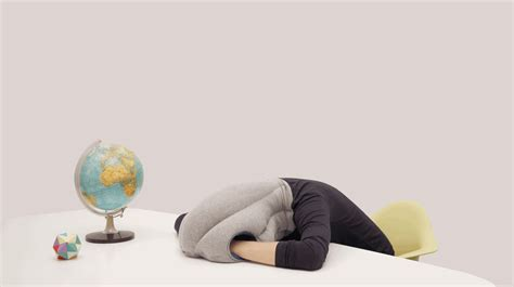 cuscini design ostrichpillow i cuscini da viaggio risolveranno i
