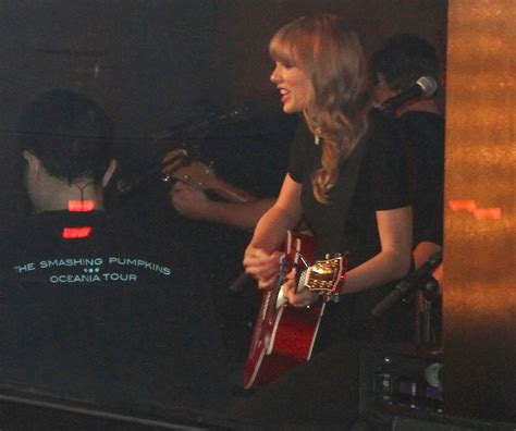 taylor swift on boat taylor swift picture 576 taylor swift performs on a boat