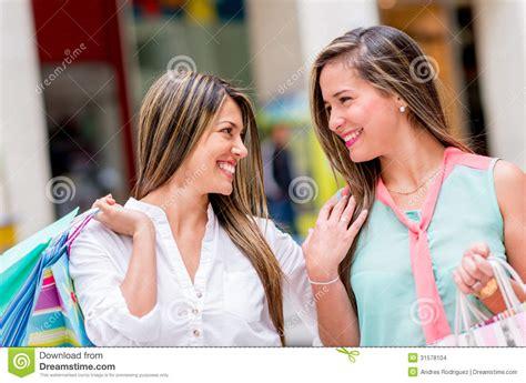 imagenes mujeres felices mujeres felices de las compras imagenes de archivo