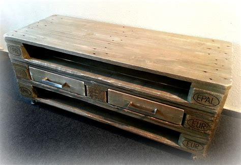 kommode aus paletten dunkelbraunes sideboard aus europaletten mit schubladen