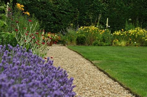 giardino con ghiaia ghiaia per giardini crea giardino sassi da giardino