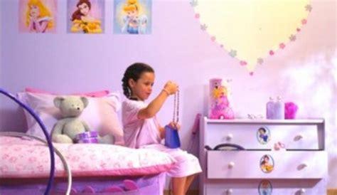 chambre enfant disney l univers disney transforme la chambre en pays imaginaire