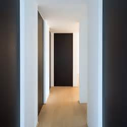 Black Closet Doors Nachthal Met Zwarte Deuren Vloer Tot Plafond Met Ingebouwde Grepen Zodat Er Geen Uitstekende