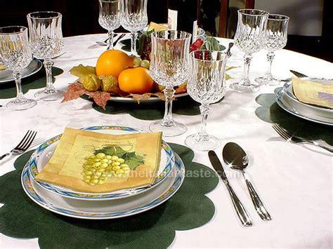 apparecchiare la tavola in autunno tavola autunnale con frutta fresca