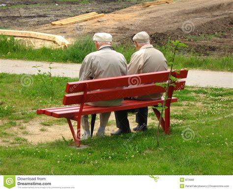 der bank alter mann zwei der auf der bank sitzt stockfoto bild