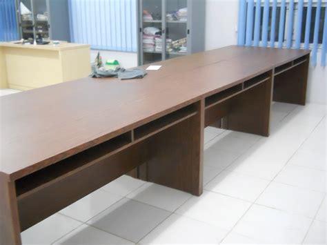 Meja Panjang jual meja kantor panjang berjejer lubang kabel komputer