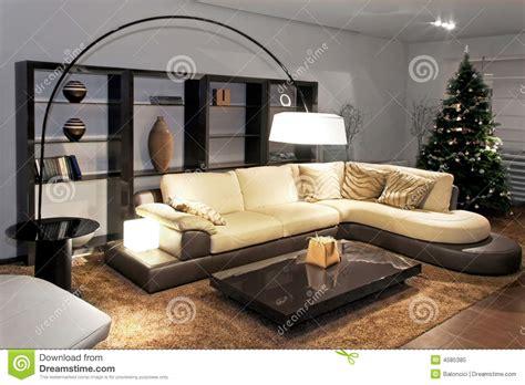 cremefarbene sofas mit kissen dekorieren