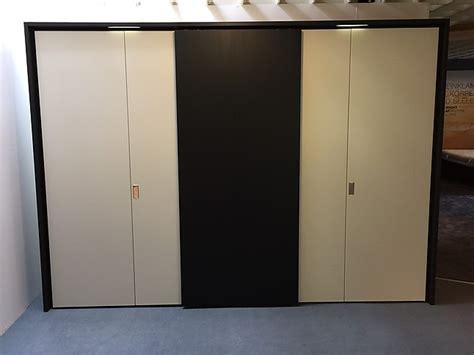 kleiderschrank schiebetüren schwarz wohnzimmer gr 252 n gelb