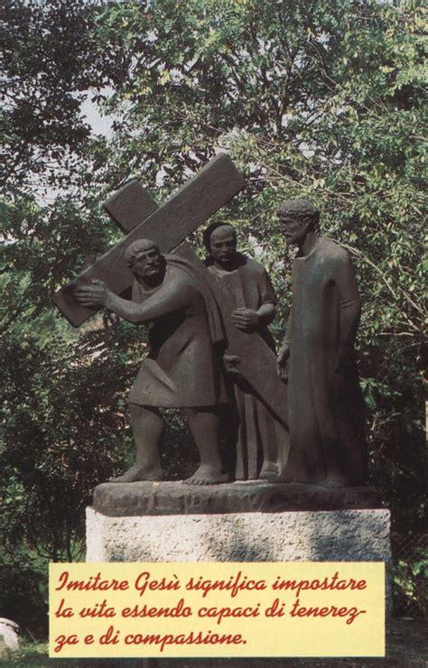 aiuto gesu a portare la croce via crucis immagini