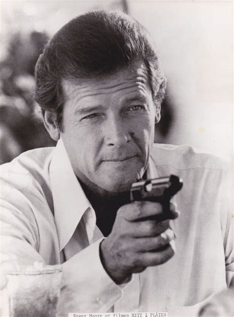 roger moore photo1 james bond bondgirls roger moore photo signed photo