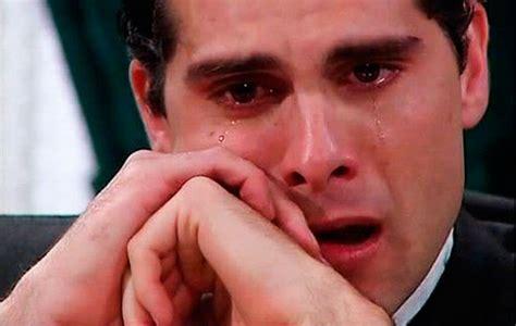 imagenes de hombres llorando graciosas los hombres lloran frente al televisor tipsfemeninos com