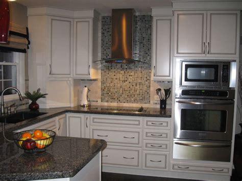 kitchen tile designs behind stove deductour com new caledonia granite detroit traditional colour schemes