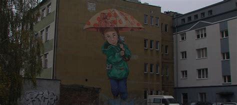 dziewczynka  parasolem mural na pilskim deptaku