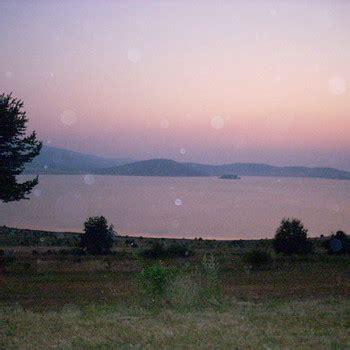 la terrazza sul lago trama trama grande sul lago di batak