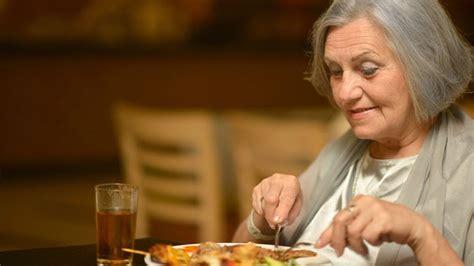 alimentazione anziani anziani e dieta cosa mangiare salute bellezzaonline