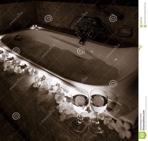 Romantische Badewanne by Romantische Badewanne Mit Kerzen Blumen Und Paaren