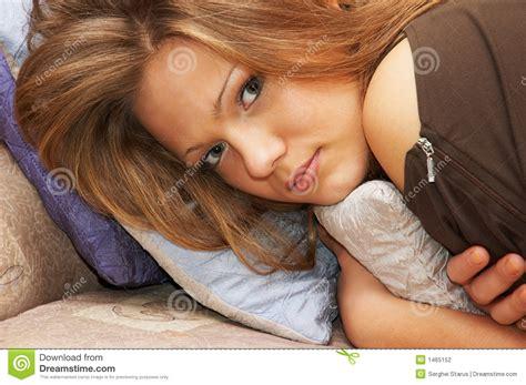 cuscini per cer occhiata espressiva ed a malapena sorriso percettibile
